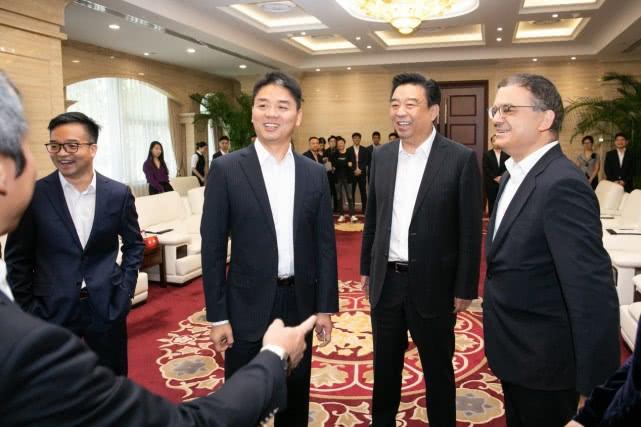 刘强东现身京东总部出席商务活动与如意集团战略签约【热点生活】
