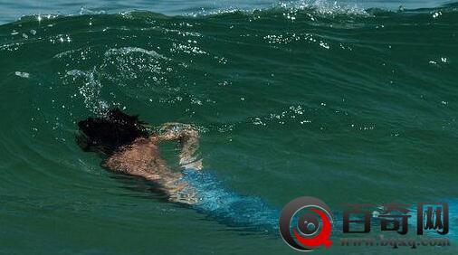 巴西男子扮美人鱼游泳路人惊呆